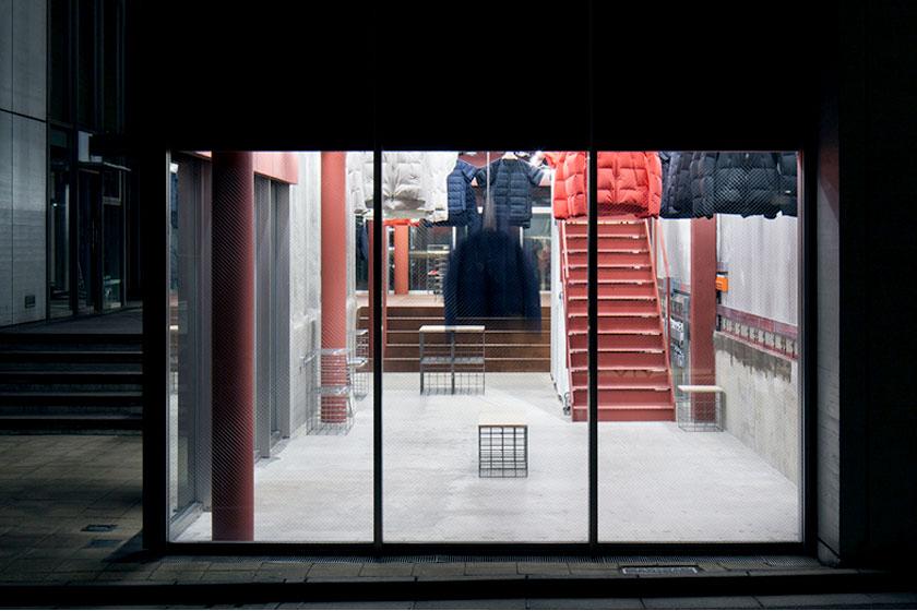 Interieur ontwerp van de Descente Blanc sportkleding winkel in Tokyo, Japan. Waarbij kleding uit het plafond naar beneden gehaald wordt, door architectenbureau Schemata - Foto 7