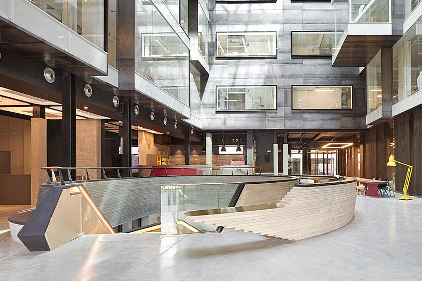 Atrium van het Alphabeta kantoorgebouw in Londen herontworpen door Studio RHE voorziet in een fietshelling en diverse andere bijzondere architectuur oplossingen - op Stylingblog.nl
