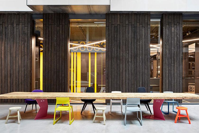 De vijf meter lange werktafel in het atrium van het Alphabeta kantoorgebouw in Londen herontworpen door Studio RHE voorziet in een fietshelling en diverse andere bijzondere architectuur oplossingen - op Stylingblog.nl