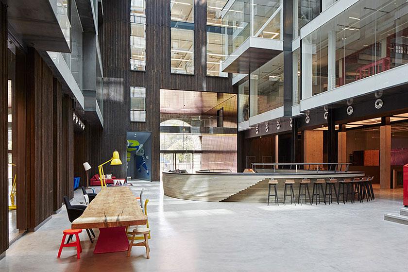 Blik op het atrium van het Alphabeta kantoorgebouw in Londen herontworpen door Studio RHE voorziet in een fietshelling en diverse andere bijzondere architectuur oplossingen - op Stylingblog.nl