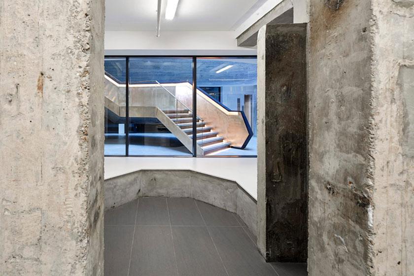 Ruw blootliggend beton in het Alphabeta kantoorgebouw in Londen herontworpen door Studio RHE voorziet in een fietshelling en diverse andere bijzondere architectuur oplossingen - op Stylingblog.nl