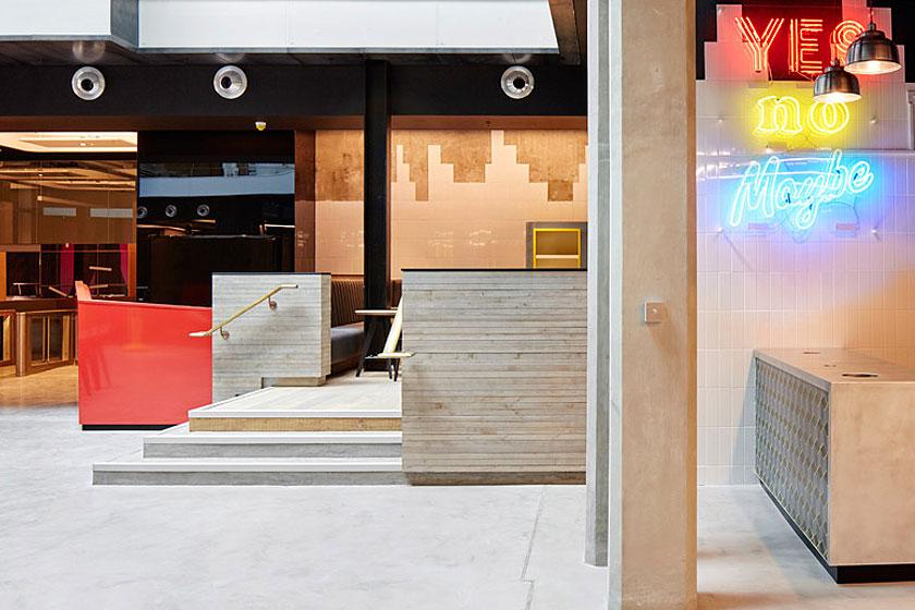 Wandtegels en neon letters in het Alphabeta kantoorgebouw in Londen herontworpen door Studio RHE voorziet in een fietshelling en diverse andere bijzondere architectuur oplossingen - op Stylingblog.nl