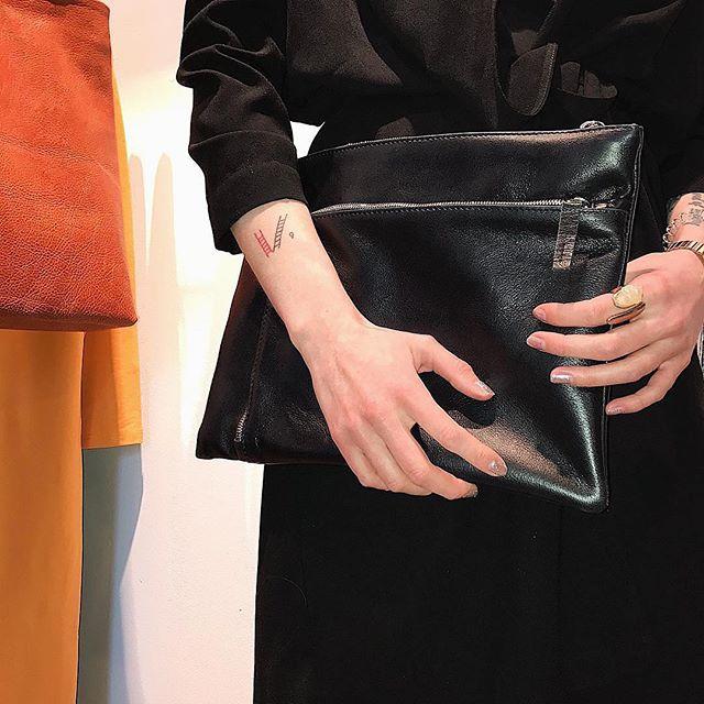 Папка для документов из натуральной кожи 🙌 внутри большой отдел для документов и во внешнем кармане есть органайзер для ручек и место для блокнота ⚡️заказывайте на сайте lokiswear.ru и в магазине💈@k20.store #lokis #lokiswear #new #bag #handmade #spb #moscow