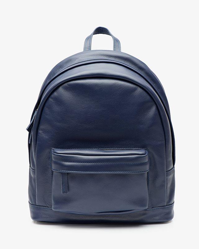 Темно-синий рюкзак из натуральной кожи✨ внутри подкладка из хлопка и отдел для небольшого планшета 💙 еще больше расцветок в нашем магазине 🛍@k20.store и на нашем сайте lokiswear.ru 🙌 📷 @coordi_ru #k20store #lokis #lokisbackpack #backpack #blue #spring #saintpetersburg