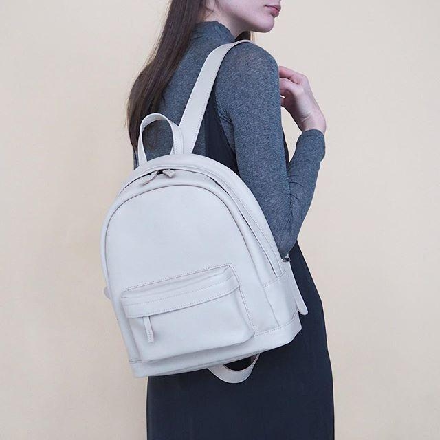 Рюкзак из натуральной кожи белого цвета 🙌 внутри подкладка из хлопка ❤️отделение для планшета ⚡️вместительный внешний карман на молнии 🔥приобрести в нашем магазине💈 @k20.store и на сайте lokiswear.ru  #Lokis #lokisbackpack #lokiswear #backpack #white #rukzak #handmade #leather #moscow