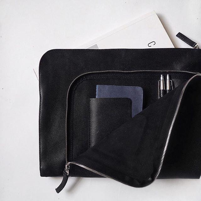 Папка для документов из натуральной кожи ❤️внутри большой отдел для документов 📑и во внешнем кармане есть органайзер для ручек и место для блокнота 💥 в наличии в магазине🛍 @k20.store заказывайте на сайте lokiswear.ru #lokis #lokiswear #new #bag #handmade #spb #moscow