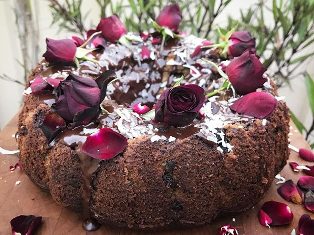 Because any dessert is better with flowers - even if you put them in just to take them off! It's the little things that bring you joy. Chocolate banana bundt cake with chocolate ganache, coconut and maroon roses to top. All organic and gluten free for a happy belly and body. You are what you eat so be sure to source quality, natural ingredients when possible. Your body will thank you more than you know! 🌹🎂😘