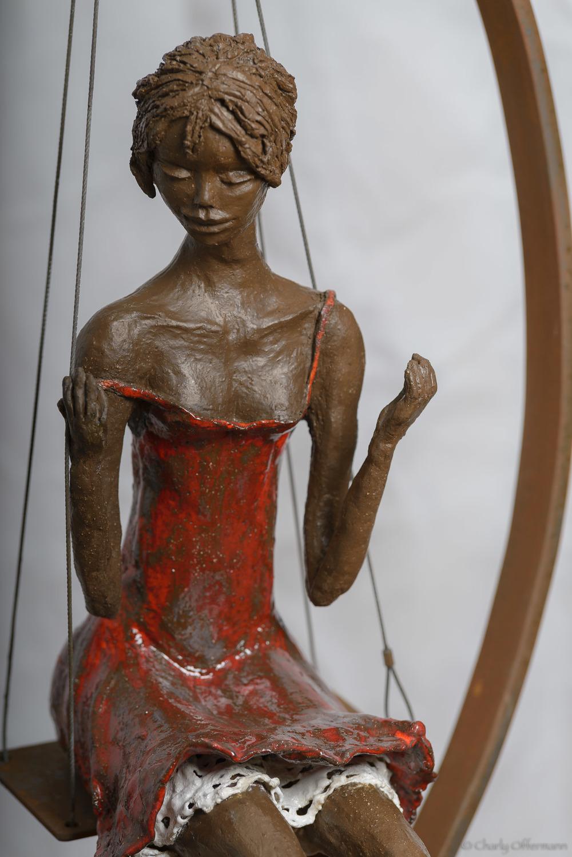 Une demoiselle sur une balançoire