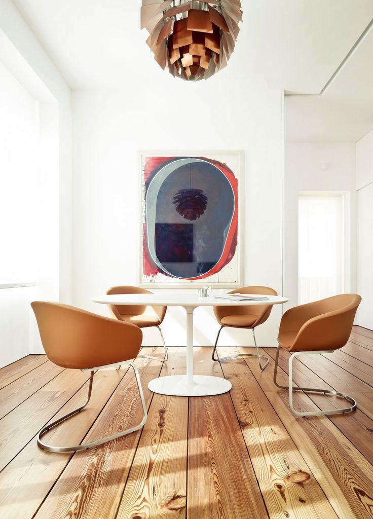 Zdjęcie: Stół i krzesła zaprojektowane przez Lievore Altherr Molina dla włoskiej firmy Arper, arper.com