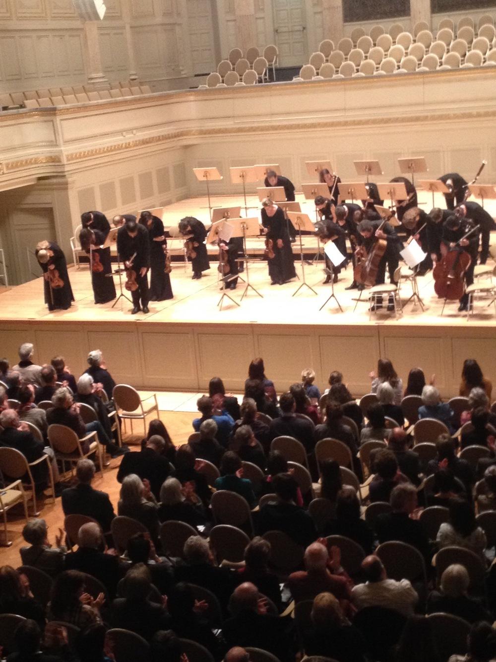 Die Camerata Zürich bedankt sich beim Publikum für den lang anhaltenden Applaus im Casino Bern