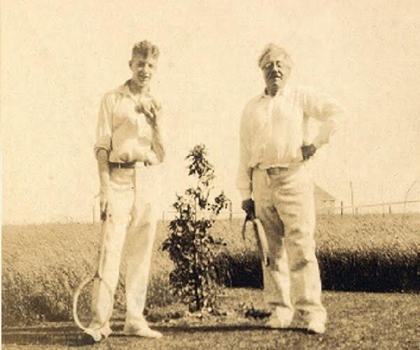 Britten und sein Lehrer Frank Bridge http://goodmormingbritten.wordpress.com                                 B. Britten und sein Lehrer F. Bridge:     https://goodmorningbritten.wordpress.com/2013/03/13/foundations-britten-and-frank-bridge/    , 14. 09. 16
