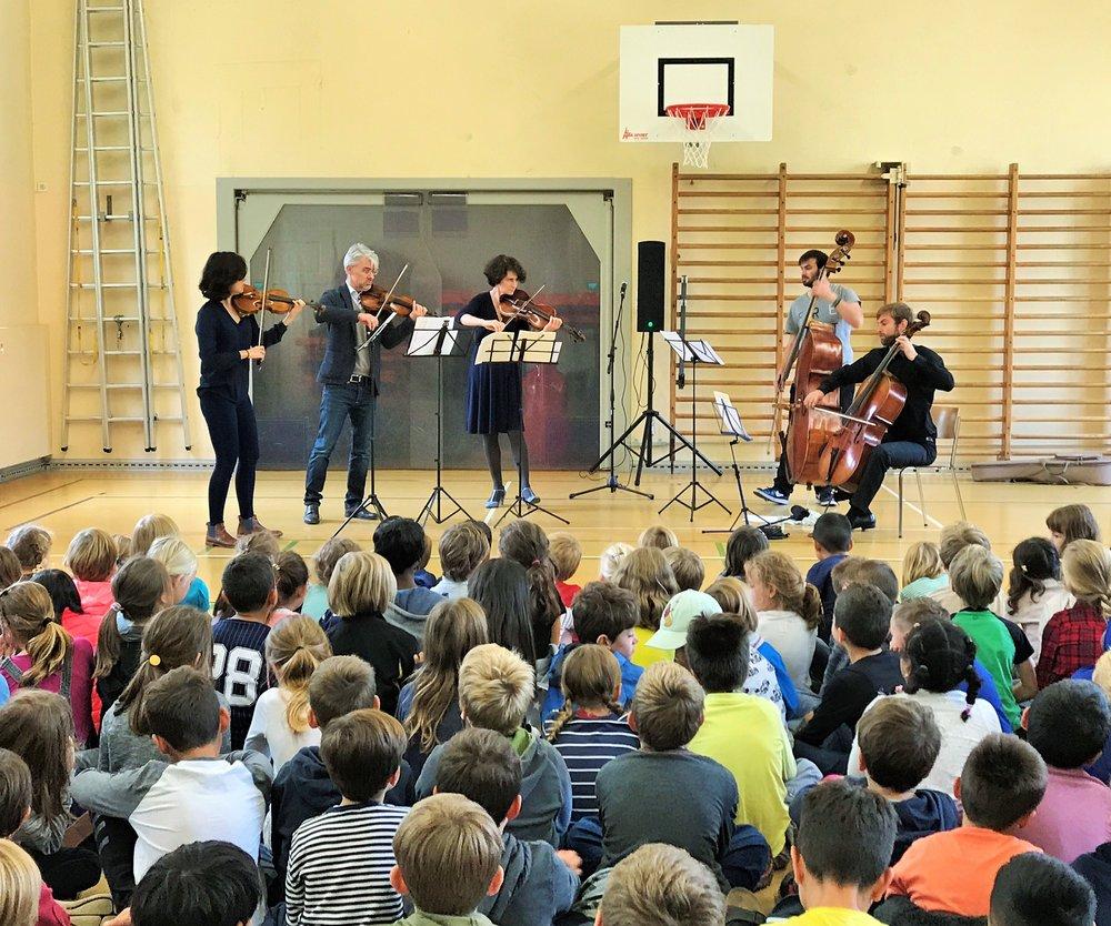 Nun sind die Musiker der Camerata Zürich dran, sie präsentieren sich den Kindern mit ausgewählten Werke vor. Das Quartett besteht aus Melinda Stocker, Pascal Druey, Geneviève Strosser und Joachim Müller-Crepon.