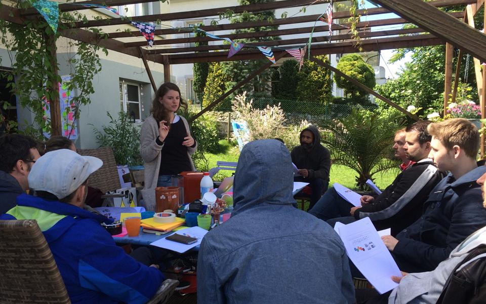 Milena Rutz gestaltet einen Workshop zu User Research für die Mitarbeitenden von Apps with love