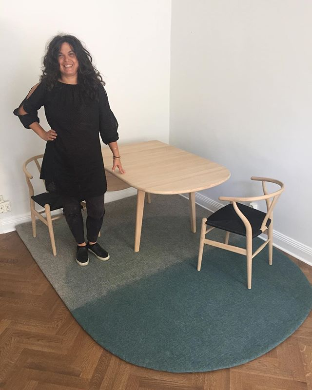 Set up our new @carlhansenandson table and chairs in the shop to go with the You-me rug. The herringbone click system flooring is by @bjelinflooring. #comingsoon #shopstockholm #woolfelt #modernrugs