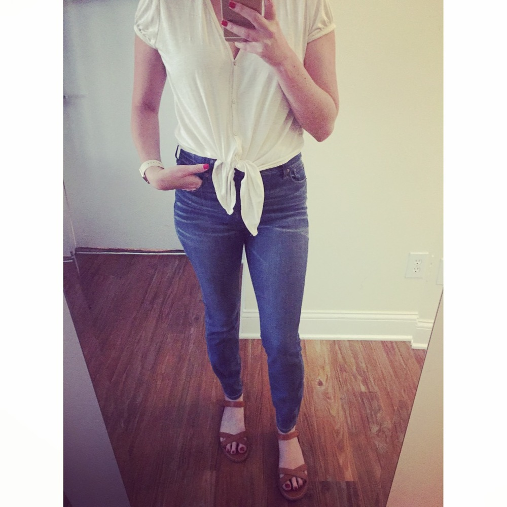 Top: ??? (last year) Jeans: Madewell,  High-Riser Skinny , Sandals: Madewell, Watch: Apple,  38mm Gold Aluminum Case  (with Antique White Sport Band)