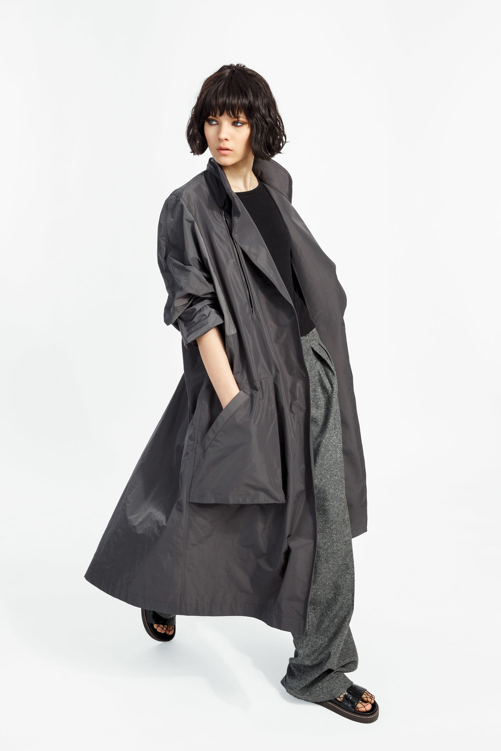 Lazlo - ....A long, voluminous trench coatShop ..Un trench long et volumineuxMagasiner....