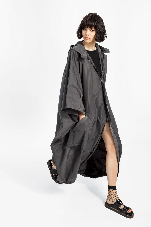 Cameron - ....A long, oversized trench coat with a front zippeShop..Trench pleine longueur surdimensionné avec une fermeture éclaireMagasiner....