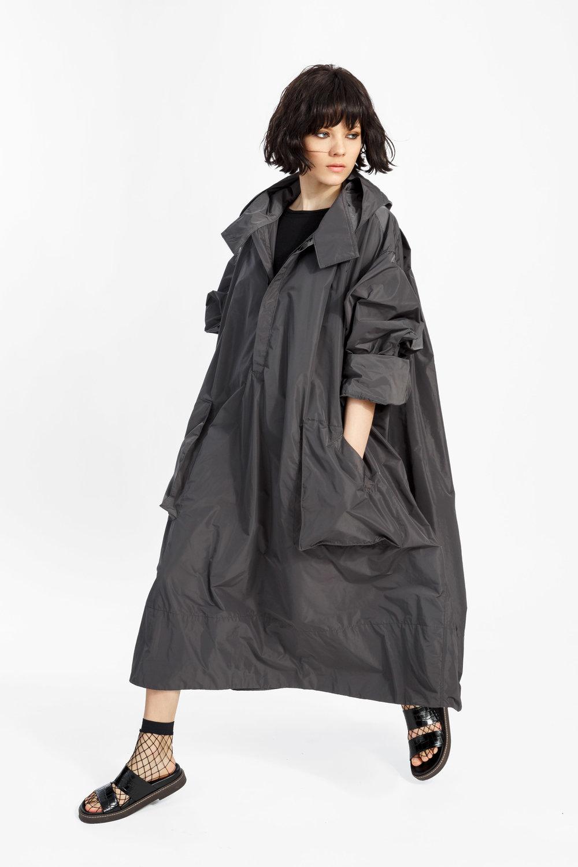 Karl - ....A long, oversized trench coat with a front zipperShop..Trench pleine longueur surdimensionné avec une fermeture éclaireMagasiner....