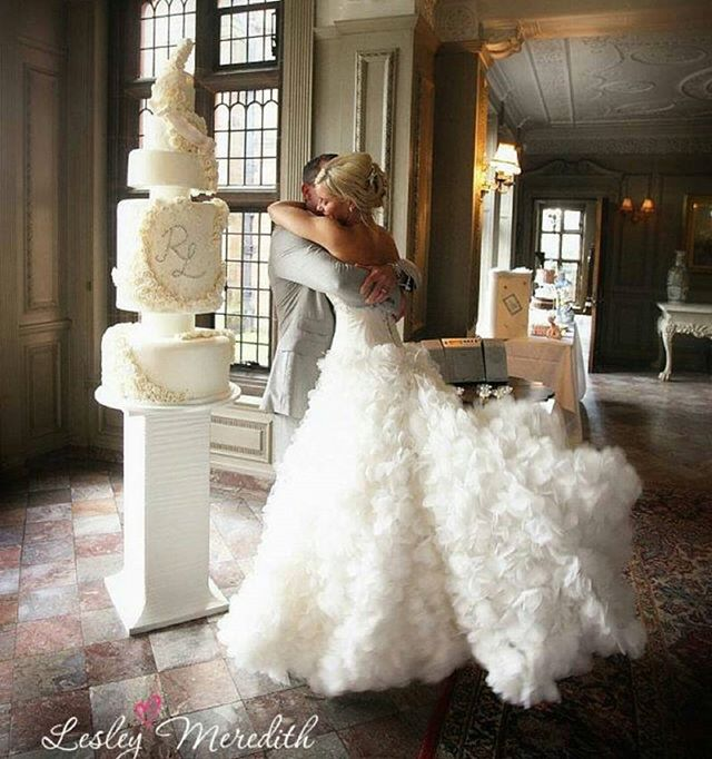 Stunning cake and dress! ❤❤ 📷 by UK based @lesleymeredithphotography #eventvendorsuk #cake #weddingplanner #weddingcake #bakers #photography #photographer #weddingphotographer #ukwedding #ukweddingphotographer #ballgown #palace #bridestobe #bridetobe #allwhite #couple