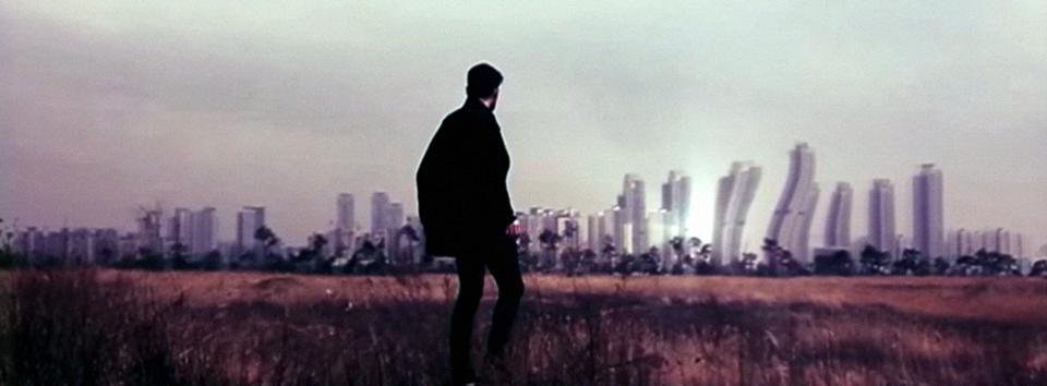 """Erdbebensichere Wolkenkratzer oder die falschen Tabletten? Still aus dem Video """"Feuer""""."""