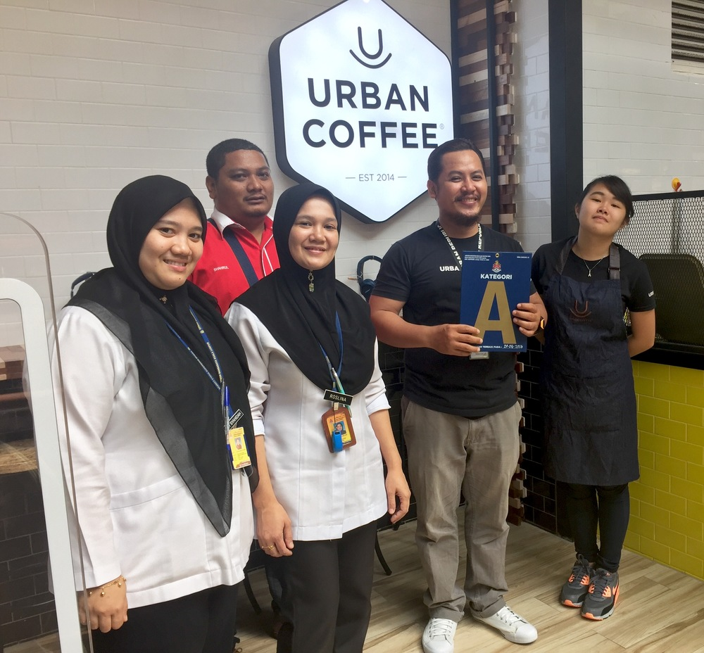 Team leader, Naxim Lee, holding the Grade 'A' award with officers from PBT DBKL Jabatan Kesihatan & Alam Sekitar