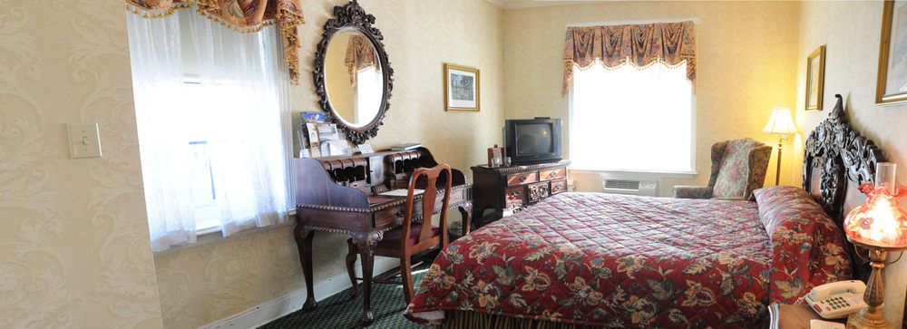 10) Riverview Queen Room.jpg