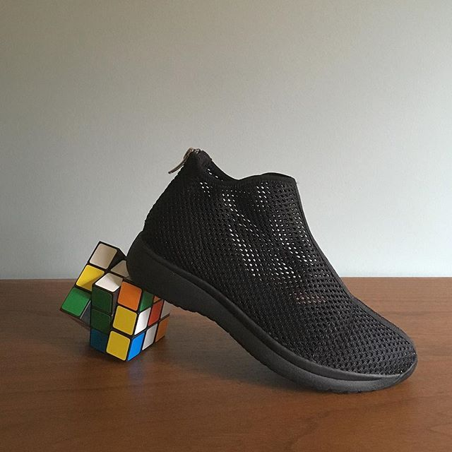 Cintia / Sneaker abotinada de rejilla. @vagabondshoemakers ———————————— #sneaker #blacksneakers #springshoes #rejilla