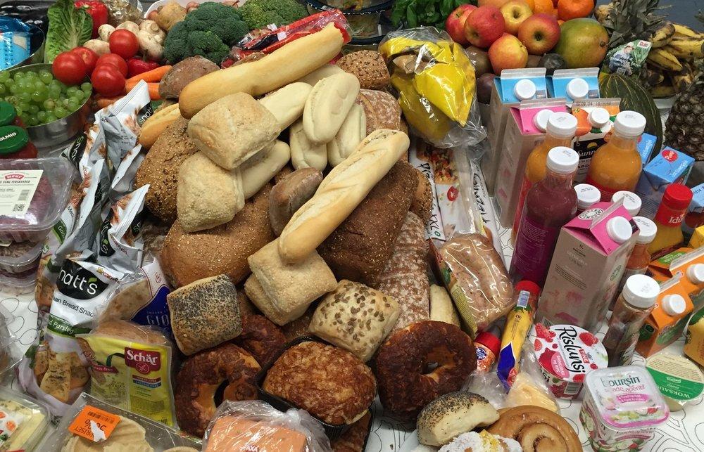 MATSVINN: Kvar og ein av oss kastar 42,1 kg mat som kunne vore ete i løpet av eit år. Blant anna 13 kg gryte- og tallerkenrestar, 11,3 kg frukt og grønt og 12 heile brød. Foto:  Matvett .