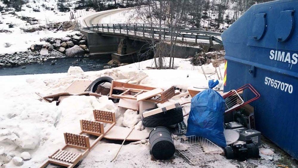 Det er trist å sjå korleis det ser ut ved containeren i Sogndalsdalen. FOTO: RenoNorden
