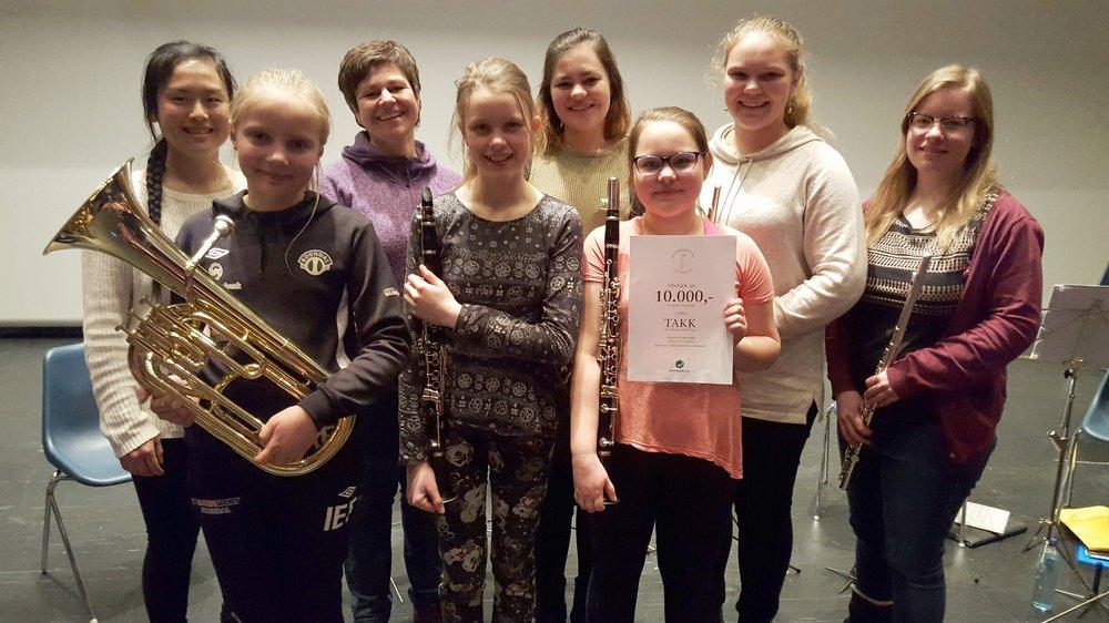 Bak frå venstre: dirigent Ragnhild, styreleiar Nina, Jorunn, Gunvor, Lea. Framme frå venstre: Inga, Anna Sunneva og Åshild. Ikkje tilstades på denne øvinga: Vetle, Gaute og Yngve.