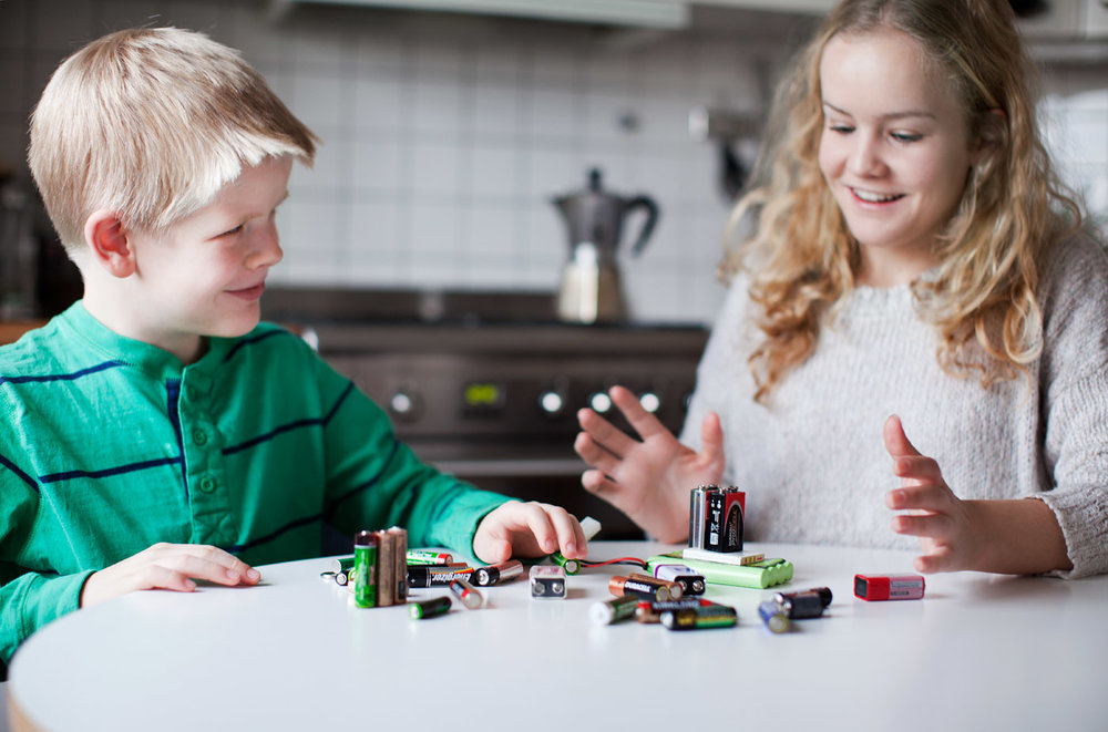 SAMLE OG LEVERE: Å samle batteri du har liggjande heime og levera dei til gjenvinning er svært enkelt og viktig. Foto: Åsa Maria Mikkelsen.