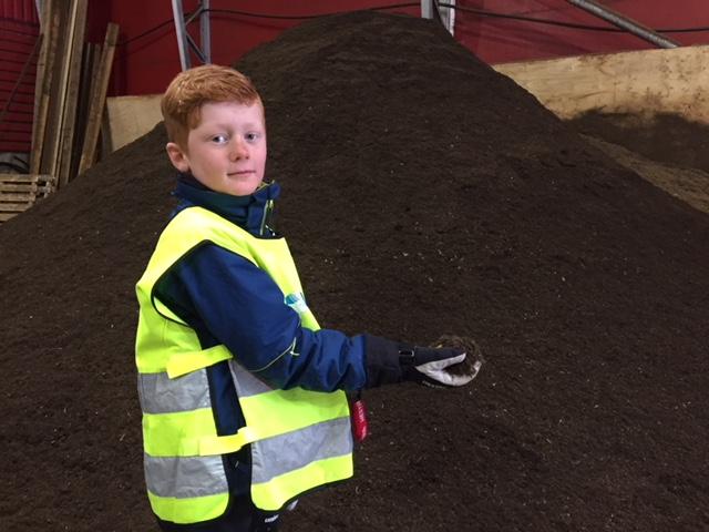 Endre Njøs frå 4. trinn ved Gaupne skule inspiserer kompostjorda.