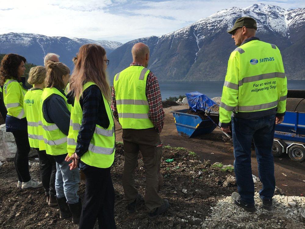 Sogn jord og hagebruksskule på besøk i festingdalen kompost.JPG