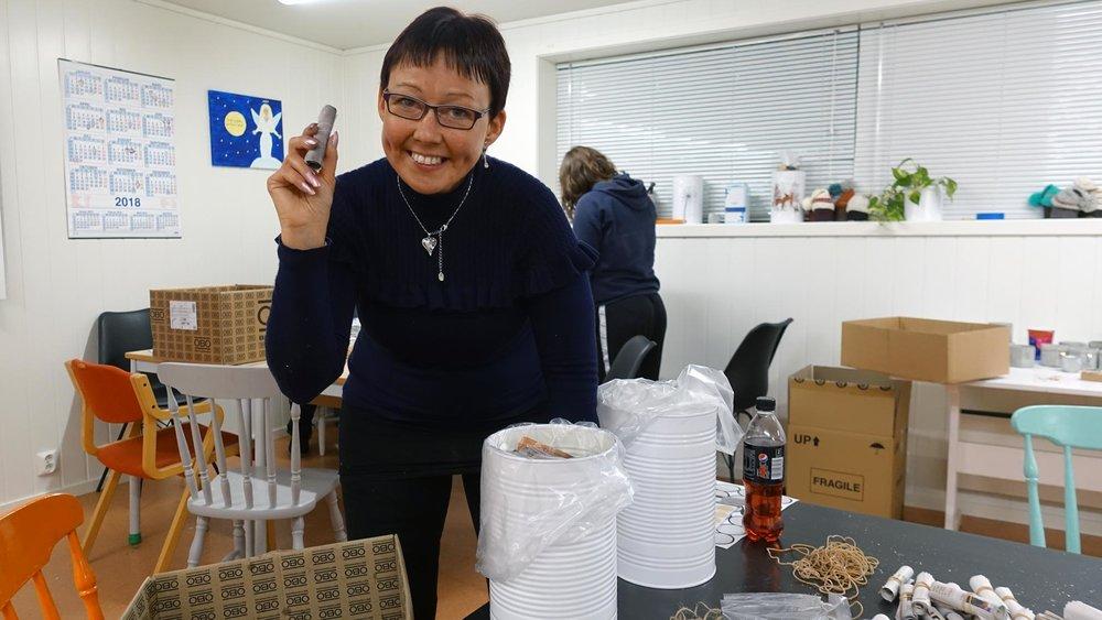 Nina er brukar ved Sogndal ressurssenter og viser korleis brikettane vert pakka.