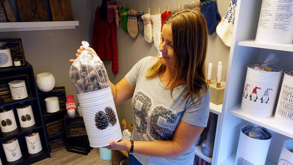 Anita Brusegard jobbar på Sogndal ressurssenter og viser fram kva dei sel.