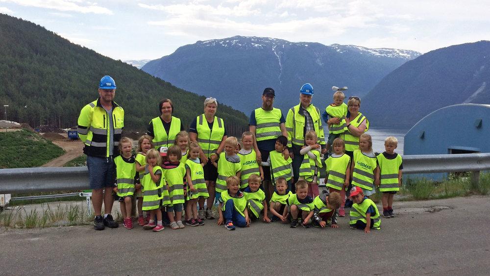 Stedje barnehage på besøk i Festingdalen. Dei hadde laga ein eigen song om kjeldesortering.