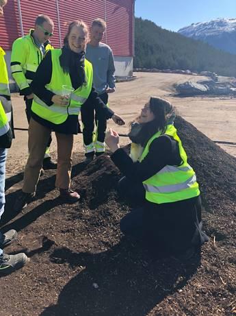 Miljøsjef for Øyafestivalen, Ingrid Kleiva Møller og dagleg leiar i A-packaging, Aasa Andersen ser på ferdigkompost