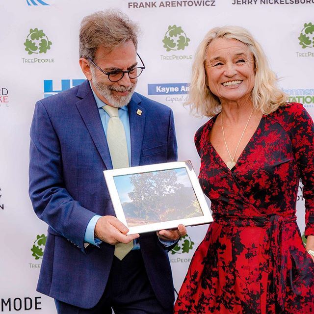What a joy it was to meet the lovely Irmelin DiCaprio 🌸 Superstar mother, environmentalist, tree 🌲 person.  Here she stands on the red carpet with @treepeople_org founder @arborandy at this year's #TreePeople #HarvestMoonGala.