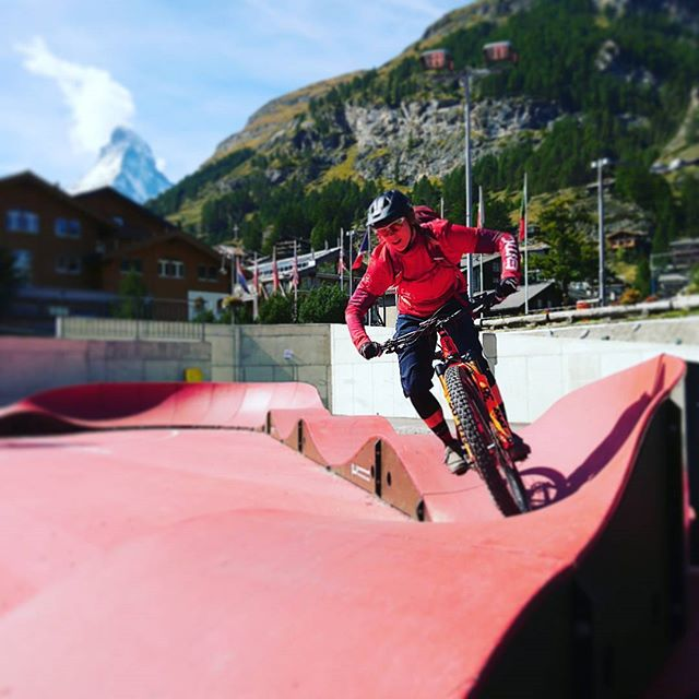 @kerstin_koegler is in town and showing the girls how to ride smooth and confident. You can still sign up for this weekend! Just go to our website 🔛 #girlswhoride #ferdagirls . . . . . . . #mtbswitzerland #mtbzermatt #bikezermatt #bikeswitzerland #ferdagirls #girlsride #skilltraining #lifebehindbars #mtblove #mtblife #alps #ridewithguide #rideyourbike