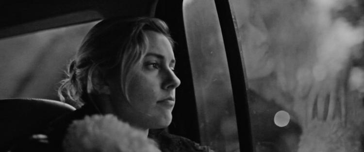7. Frances Ha -A frustração de um sonho morto se parece muitas vezes com o luto: primeiro, negamos nossa falta de capacidade. Depois vem a raiva; a depressão e o eterno sentimento de fracasso. Acreditar em seu potencial é fácil; desacreditar é que dói. É esta temática da incerteza a grande sacada de Frances Ha; o novo clássico moderno de Noah Baumbach que aposta na fotografia preta e branca para criar uma obra original e elegante. (…) Em aspectos técnicos, Frances Ha segue uma receita antiga e já um pouco esquecida, a queridinha dos anos 60 chamada Nouvelle Vague. Cheio de cortes rápidos e cenas que parecem se desenrolar sem um roteiro consistente, o filme flerta com a antiga estética para sombrear a história com a aura cult frequentemente procurada por Baumbach. Leia mais