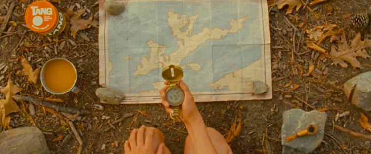 """25. Moonrise Kingdom -Parar por um tempo e apreciar um filme sensível como """"Moonrise Kingdom"""" é quase um dever. Sua capacidade de passar uma sensação de tranquilidade e alegria é fantástica. Claro, esse efeito não existiria se todos os componentes da obra não se complementassem de forma tão natural. Leia mais"""