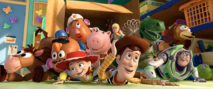"""48.Toy Story – Em 1995, o filme Toy Story mudou para sempre a face do cinema de animação. Foi a primeira longa-metragem a ser feita totalmente em computação gráfica e o primeiro filho do casamento Disney/Pixar. (…) No mundo da infância há soldadinhos e dinossauros, cães de brincar, extraterrestres. Há senhores """"cabeça-de-batata"""" e porquinhos-mealheiro. Nas brincadeiras que o tempo levou uma vez, para não mais devolver, há histórias de aventuras e comboios, heróis, mocinhas e vilões. Há também um Woody e um Buzz Lightyear. E uma trilogia de animação que mudou para sempre a ideia que temos do nosso baú poeirento, onde estão guardados velhos brinquedos. Leia mais"""