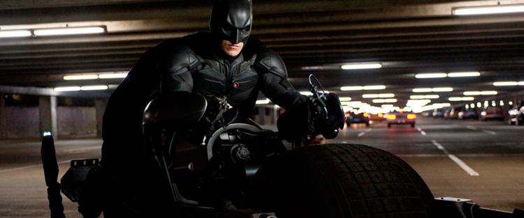 """67.Batman, Cavaleiro das Trevas - Seja como for, """"O Cavaleiro das Trevas Ressurge"""" te deixa grudado com os olhos na tela aguardando o próximo passo, sabemos que é o fim, e esperamos pelo pior. A conclusão te permite levar dela o que quiser, a ambiguidade do desfecho criado por Nolan permite que o público mais pessimista e o mais otimista se sintam satisfeitos. Acima de tudo, o novo projeto de Christopher Nolan é um blockbuster corajoso, cuja série redefiniu para sempre a maneira como os filmes de super-heróis serão e podem ser vistos. Leia mais"""