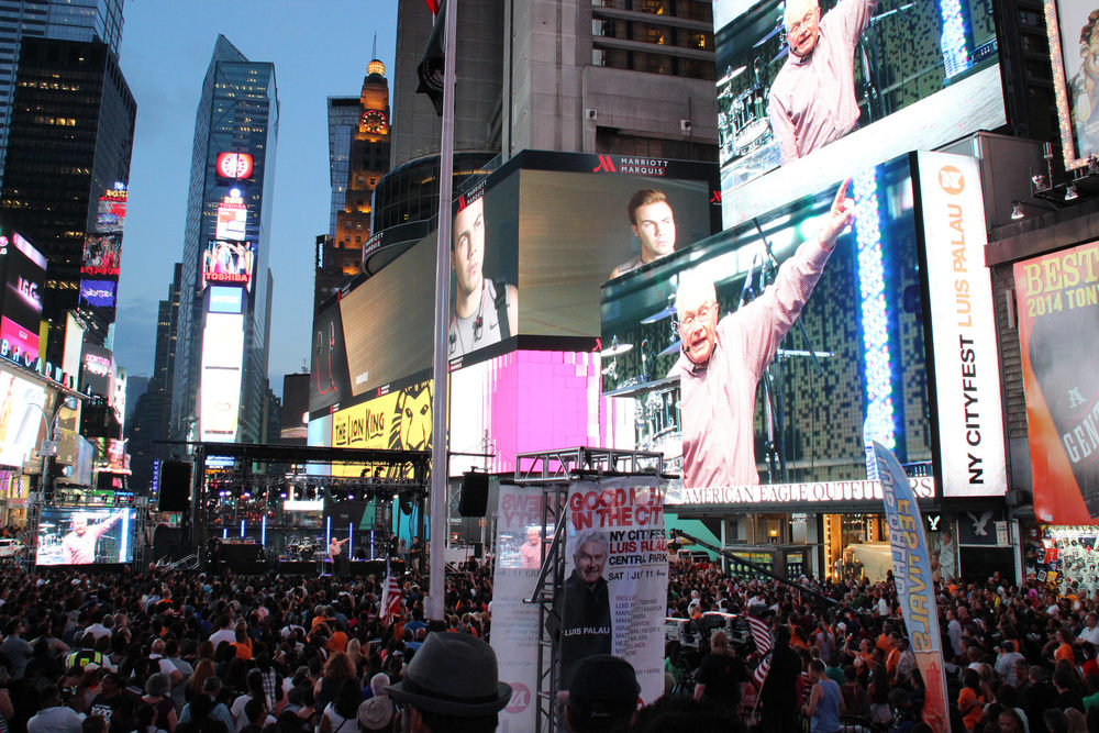 Luis giving the final Gospel invitation in Times Square on July 10.