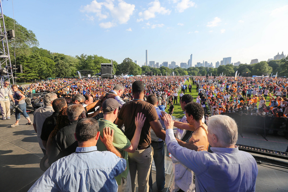 Luis Palau and local pastors pray for Mayor Bill de Blasio during NY CityFest.