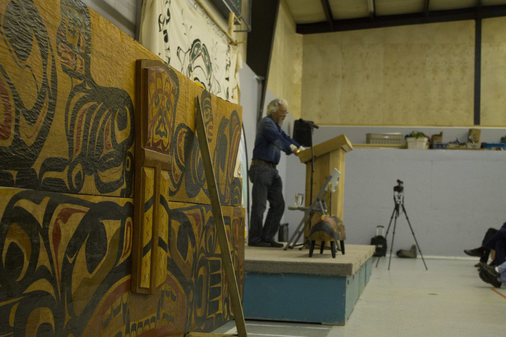 David Suzuki speaks on the Fort Rupert/Tsaxis reserve on northern Vancouver Island beside a carving of a traditional copper.  © North Island Gazette.