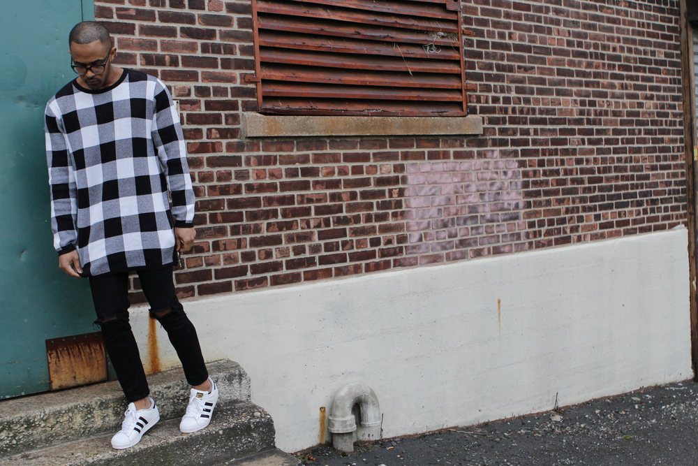 Oversized Check Sweater with black Skinny Jeans. I love how my Adidas complement the outfit..  Esta Sweater de gran Tamaño con jeans ajustados. Me encanta como mis Adidas complentan este outfit.