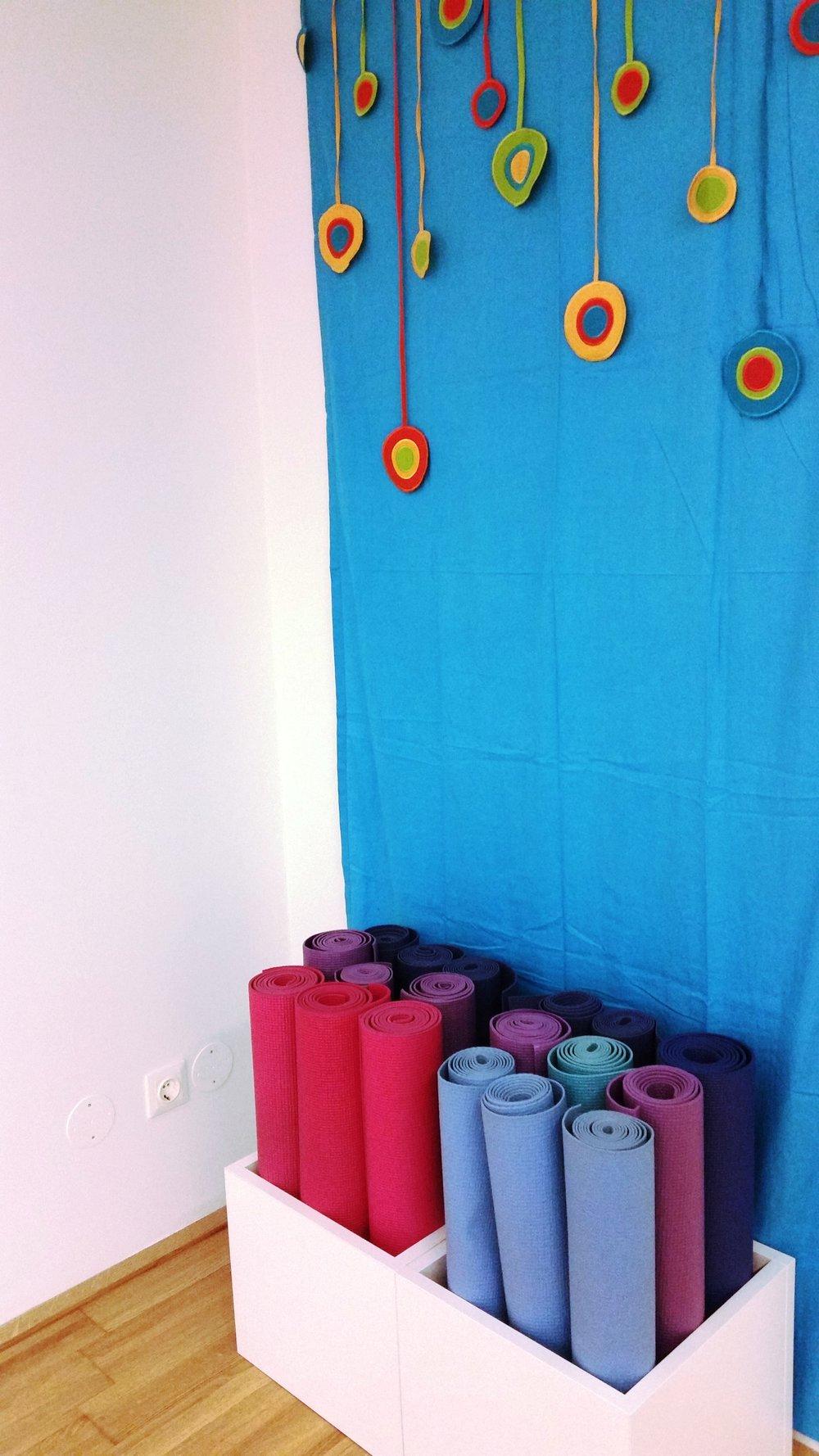 Yogamatten, Kissen und Decken warten auf Dich im Studio