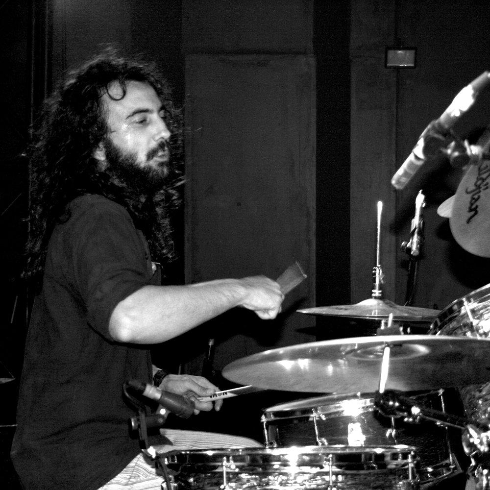 Alejandro Morán - Nació en 1980 en Madrid; A la temprana edad de trece años sueña con ser baterista y comienza sus estudios de música con la materia de Percusión Clásica en la Escuela Municipal de Pozuelo de Alarcón cursando los cursos equivalentes al grado elemental de conservatorio.Tras diez años grabando discos y dando conciertos en bandas como Nazca (R&B), Sabbath Cadabra (Tributo a Black Sabbath), Jazzmaniacs (Latín Jazz covers), o Alakran (Heavy-Rock), comienza sus estudios de Batería en la Escuela de Música Creativa de Madrid concluyendo los cursos correspondientes al grado profesional, habiendo recibido clases particulares con maestros como Carlos Carli, Yayo Morales, Quique Villafañe, Miguél Lamas o Pepe Acebal.Como complemento a su educación musical obtuvo el título de Magisterio con especialidad en Música, en la Universidad La Salle de Madrid. Actualmente se dedica profesionalmente a la música, como Maestro y Director pedagógico en la Escuela de Música Combo y como músico en diferentes proyectos.