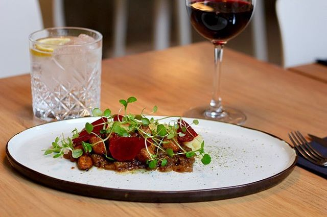 Hovedretten i vores @diningweek menu 😍. . Brændende kærlighed m blød kartoffelmos, røget tempeh, bløde løg og syltede beder 🤤. . Vi har stadig ledige billetter til dig og dine kære i weekenden og i aften 🤩 link i bio 🤙🏼 . #vegan #vegansk #sustainability #glutenfree #diningweek #diningweek2019 #foodie